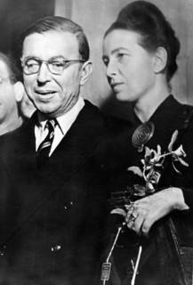 Sartre : « À moitié victimes, à moitié complices, comme tout le monde. »